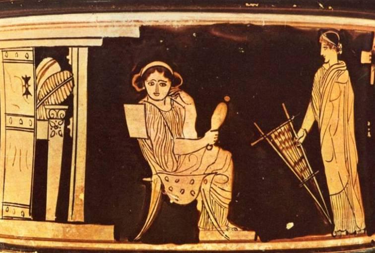 Σκηνή με δύο γυναίκες στον γυναικωνίτη, η μία δεξιά κρατά κέντημα και η αριστερή καθιστή μορφή σε κλισμό κρατάει τη ρόκα της. Ερυθρόμορφη πυξίδα, Λούβρο CA 587.