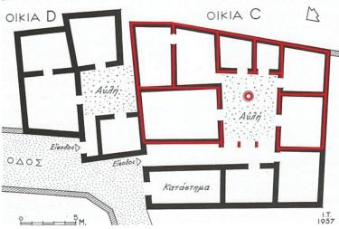 Με κόκκινο περίγραμμα ορίζεται η κάτοψη τής οικίας C, τα θεμέλια τής οποίας ανασκάπτουν και μελετούν οι μαθητές που συμμετέχουν στο πρόγραμμα τής Δειγματικής Ανασκαφής.