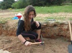 Ανασκαφή επιφανειακού στρώματος με σκαπάνη (πιο εντατική ανασκαφή ελλείψει αρχαιολογικών ευρημάτων).