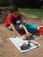 Μελέτη αγγείων και οστράκων μετά τον καθαρισμό τους. Απόπειρα χρονολόγησής τους.