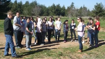Ενημέρωση των μαθητών πριν την ανασκαφή από τον Καθηγητή Αρχαιολογίας τού Πανεπιστημίου Αθηνών, κ. Βασίλη Λαμπρινουδάκη, και την αρχαιολόγο-φιλόλογο, κ. Ειρήνη Φαραντούρη.