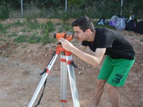 Μετρήσεις βάθους και επιφάνειας των ανασκαφικών τετραγώνων με χωροβάτη.