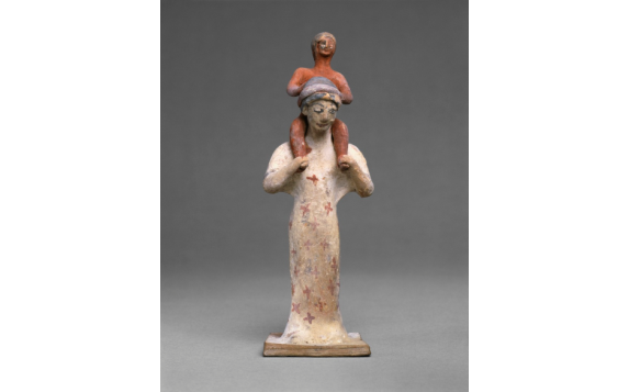 Πήλινο βοιωτικό ειδώλιο, γυναίκα φέρει στους ώμους της μικρό αγόρι, 500-475 π.Χ., J. Paul Getty Museum