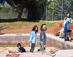 Επισκέπτες συμμετέχουν με ιδιαίτερο ενθουσιασμό στη Δειγματική Ανασκαφή.