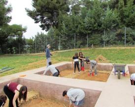 Κατά τη διαδικασία τής ανασκαφής αφαιρούνται σταδιακά τα επάλληλα οριζόντια στρώματα μιας αρχαιολογικής θέσης