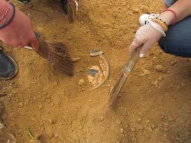 Στα στρώματα που υπάρχουν αρχαία αντικείμενα επιβάλλεται λεπτή εργασία με σκουπάκια και πινέλα