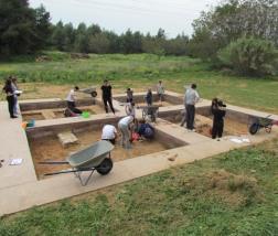 Ο χώρος όπου γίνεται η ανασκαφή διαιρείται σε ανασκαφικά τετράγωνα ή σκάμματα (συνήθως 5x5 μ.)