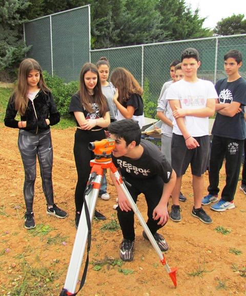 Με τον χωροβάτη οι μαθητές υπολογίζουν το βάθος των αρχαιολογικών στρωμάτων