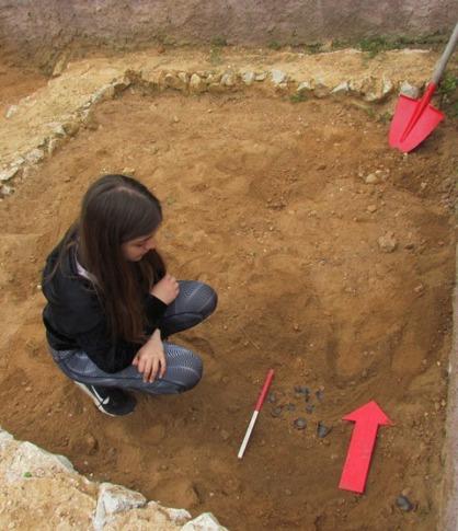 Προετοιμασία φωτογράφισης ευρημάτων τού ανασκαφικού τετραγώνου. Χρήση κλίμακας και βέλους (τοποθέτηση πάντα προς βορρά) για τον σωστό προσανατολισμό.