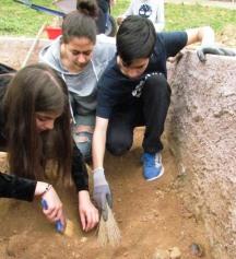Προσεκτικός καθαρισμός αρχαιολογικού στρώματος