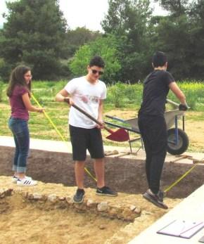 Η ανασκαφή του επιφανειακού στρώματος, επειδή, συνήθως, δεν περιέχει αρχαιολογικά ευρήματα, γίνεται πιο εντατικά με σκαπάνη, τσάπα και φτυάρι για την απομάκρυνση των χωμάτων
