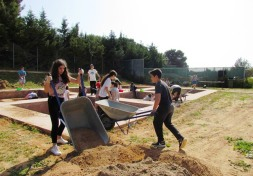 Απομάκρυνση με καρότσια των χωμάτων από τα ανασκαφικά τετράγωνα