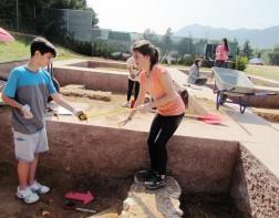 Υπολογισμός με μετροταινία των διαστάσεων τού αρχαιολογικού τετραγώνου και των ακίνητων ευρημάτων