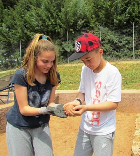 Ικανοποίηση από την ανακάλυψη αρχαίου θησαυρού (αγγείου με νομίσματα)