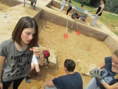 Μελέτη νομισμάτων που αποκαλύφθηκαν στο ανασκαφικό τεράγωνο
