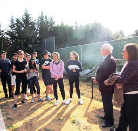 Ο Καθηγητής Αρχαιολογίας Β. Λαμπρινουδάκης και η Π. Λογαρά-Λαμπρινουδάκη, υπεύθυνη των Εκπαιδευτικών Προγραμμάτων των Σχολείων τής Φ.Ε., συνομιλούν με τους μαθητές