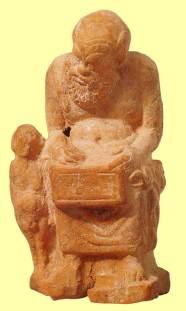 Πήλινο σύμπλεγμα από την Τανάγρα, αγόρι και καθιστός παιδαγωγός, περ. 375-350 π.Χ., ύψος 12,4 εκ., The Metropolitan Museum of Art, New York