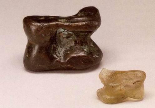 Χάλκινος και γυάλινος αστράγαλος, 1ος αιώνας π.Χ., J. Paul Getty Museum.