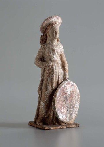 Ειδώλιο κοριτσιού με τύμπανο στο αριστερό χέρι από την Τανάγρα, Βοιωτία, 325 π.Χ., ύψος 13.3 εκ., Museum of Fine Arts, Boston