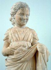"""Ειδώλιο μικρού κοριτσιού """"άρκτου"""", 4ος αιώνας π.Χ., Αρχαιολογικό Μουσείο Βραυρώνας."""
