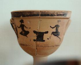 Κρατηρίσκος, 500 π.Χ., μικρά κορίτσια χορεύουν γύρω από τον βωμό τής Άρτεμης, Αρχαιολογικό Μουσείο Βραυρώνας.