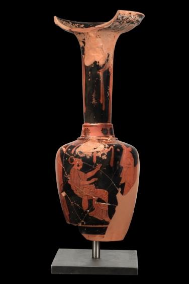 Ερυθρόμορφη λουτροφόρος με παράσταση νεονύμφων. 455-440 π.Χ. Αφιέρωμα στη Νύμφη, προστάτιδα τού γάμου. Προθήκη 5, αρ. 29 , Μουσείο Ακρόπολης.