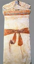 Επιτύμβια στήλη από την επίχωση της Μεγάλης Τούμπας. Στην έμμετρη επιγραφή της διατηρείται το όνομα της Παγκάστας, ίσως της γνωστής από αρχαίες πηγές εταίρας στην μακεδονική αυλή των χρόνων του Φιλίππου.