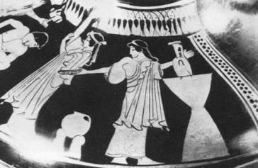 Ερυθρόμορφη υδρία, παράσταση προετοιμασίας γαμπρού, στα δεξιά, μια γυναίκα με λουτροφόρο σε υψηλή λεκάνη και προτεταμένη φιάλη, αριστερά της, άλλη γυναίκα που ραντίζει τον οκλάζοντα γυμνό γαμπρό δίπλα σε χαμηλή λεκάνη, περ. 490 π.Χ., Βαρσοβία
