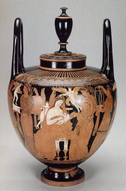 """Γαμικός λέβητας στιλ """"Κέρτς"""", μέσα 4ου αιώνα π.Χ., στο κέντρο μια νιόπαντρη γυναίκα κάθεται σε πολυτελή κλισμό, γύρω της Έρωτες και ένας μικρός στην αγκαλιά της. Αριστερά προσκομιδή δώρων: πυξίδες, θυμιατήριο, χαλί, γαμικός λέβης, μαξιλάρι. Δεξιά της ένα κοριτσάκι τής προσφέρει λεκανίδα με δώρα/τρόφιμα, Αγία Πετρούπολη, Μουσείο Ερμιτάζ."""
