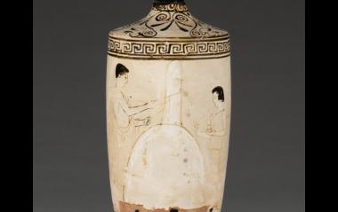 Λευκή λήκυθος, 460-450 π.Χ., η αθηναϊκή λήκυθος απεικονίζει τα μέλη της οικογένειας που επισκέπτονται τον τάφο ενός αγαπημένου προσώπου. Ένας νεαρός, που στέκεται στα αριστερά, δένει κορδέλα γύρω από την επιτύμβια στήλη. Δεξιά, ένα κορίτσι με κομμένα τα μαλλιά ως ένδειξη πένθους, κρατά ένα αλάβαστρο και ένα λουλούδι. Ο ίδιος ο τάφος εμφανίζεται ως ανάχωμα με μια ψηλή, λεπτή στήλη. The J. Paul Getty Museum.