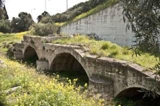 Η τετράτοξη γέφυρα που έφτιαξε ο Αδριανός πάνω από τον Ελευσινιακό Κηφισό.