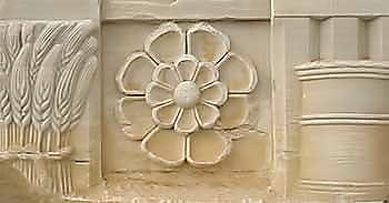 Στάχυα και ιερή κίστη στο θριγκό των προπυλαίων του ιερού, 1ος π.Χ. αι.