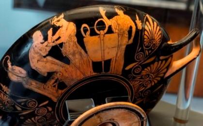 16β. Η τιμωρία του Πελία, ο Πελίας οδηγείται από μια κόρη του προς τον λέβητα, Αττική ερυθρόμορφη κύλικα, 440 π.Χ., Ρώμη, Μουσείο Βατικανού, Museo Gregoriano Etrusco