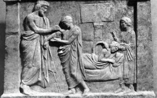 20α.Ο Αμφιάραος ως θεραπευτής. Ανάγλυφο από το Αμφιαράειο του Ωρωπού, περίπου 350 π.Χ. Παριστάνονται τρεις σκηνές. Αριστερά ο Αμφιάραος επιδένει το τραύμα του Αρχίνου. Δεξιά στο βάθος ο Αρχίνος σε εγκοίμηση με τον Αμφιάραο-φίδι να τον επισκέπτεται. Τέλος, ο Αρχίνος προσφέρει αναθηματική στήλη.