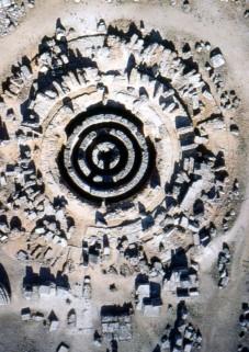 21α. Η Θόλος της Επιδαύρου με τους υπόγειους δακτυλίους
