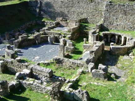 17α. Η Γόρτυνα γνώρισε τη μεγαλύτερη ακμή της στα κλασικά χρόνια (4ος αι. π.Χ.), κυρίως λόγω της θέσης της, δηλαδή πάνω στο δρόμο για την Ολυμπία. Στην πόλη υπήρχε ιερό του Ασκληπιού και ιαματικά λουτρά. Τα λουτρά χρησιμοποιούσαν τεχνολογία κίνησης θερμού αέρα για να θερμαίνονται και στην ακμή τους μπορούσαν να εξυπηρετήσουν ταυτόχρονα γύρω στους 30 ανθρώπους.
