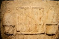 38α. Αναθηματικό ανάγλυφο με εργαλειοθήκη ιατρού ανάμεσα σε δύο σικύες (βεντούζες), ρωμαϊκή αυτοκρατορική εποχή, από το Ασκληπιείο της Αθήνας