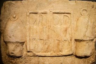 28α. Αναθηματικό ανάγλυφο με εργαλειοθήκη ιατρού ανάμεσα σε δύο σικύες (βεντούζες), ρωμαϊκή αυτοκρατορική εποχή, από το Ασκληπιείο της Αθήνας, Εθνικό Αρχαιολογικό Μουσείο Αθηνών