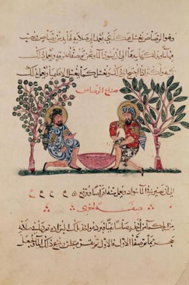 """21. Διοσκουρίδου Αναζαρβέως (1ος π.Χ. αι.), πραγματεία """"Περί ύλης ιατρικής"""", αραβική έκδοση Σχολής Αβασιδών (Μεσοποταμία 1222 μ.Χ.). Μικρογραφία που απεικονίζει σκηνή παρασκευής ενός φαρμάκου (Μουσείο Guimet, Παρίσι)."""