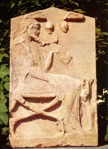 4α.Επιτύμβια στήλη γιατρού, πιθανώς λόγω των δύο μικρών αγγείων (βεντούζες;) που εικονίζονται στο πάνω μέρος της στήλης. Απέναντί του εικονιζόταν πιθανώς ασθενής ή βοηθός του. Περ. 480 π.Χ. Βασιλεία.